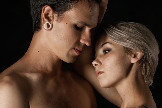 美しいカップルの男性と女性の下着を抱いての関係 Premium写真