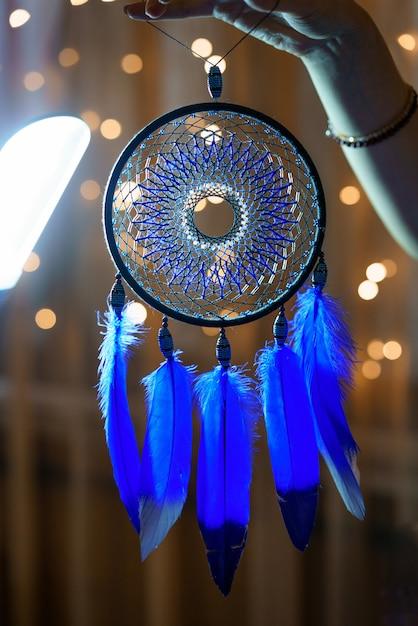 美しいドリームキャッチャー青いふわふわの羽 Premium写真