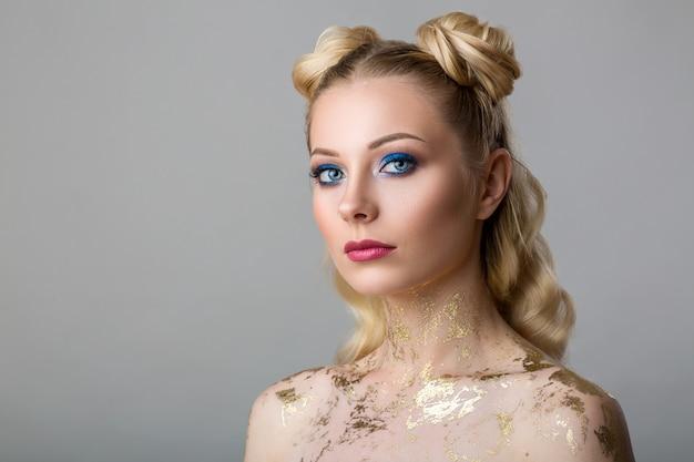 プロのメイクアップ美容とファッションの美しい若い女性の肖像画 Premium写真