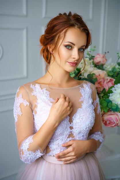 美しい繊細なドレスの美しい赤毛の若い女性の肖像画。 Premium写真