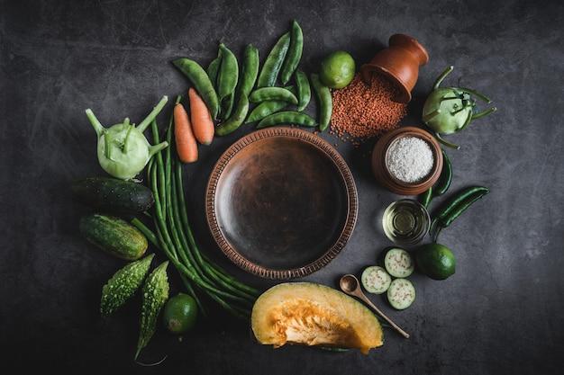 真ん中のメッセージのためのスペースと黒いテーブルの上の野菜 Premium写真