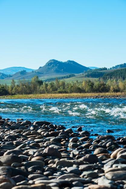 アルタイの速い山川 Premium写真