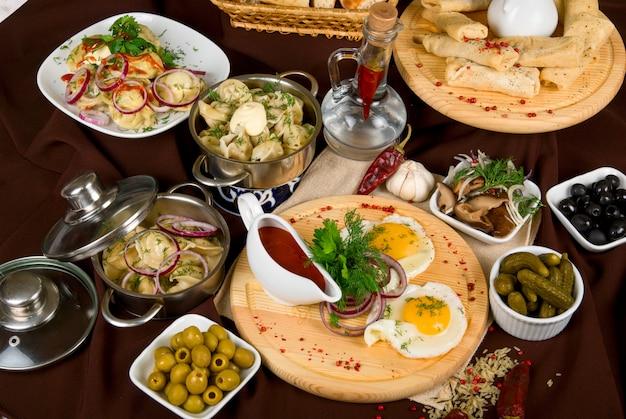 レストランのテーブルの上の多くの食品料理。閉じる。 Premium写真
