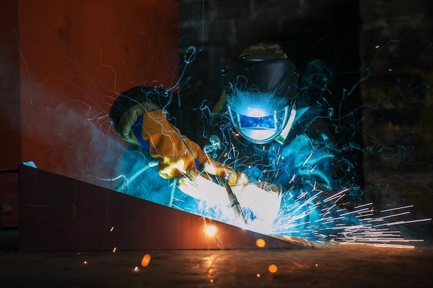 Работник по сварке металла Premium Фотографии