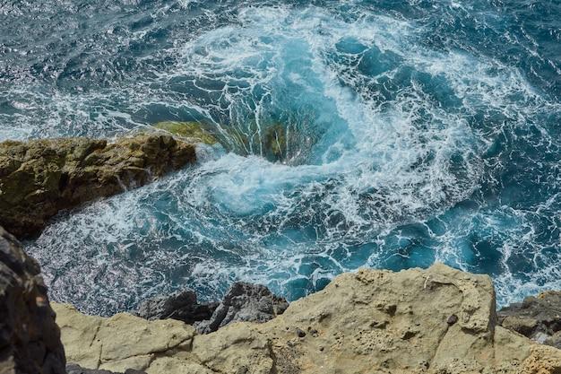 海で泡と自然な渦 Premium写真