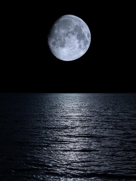 穏やかな海の上の月の反射 Premium写真