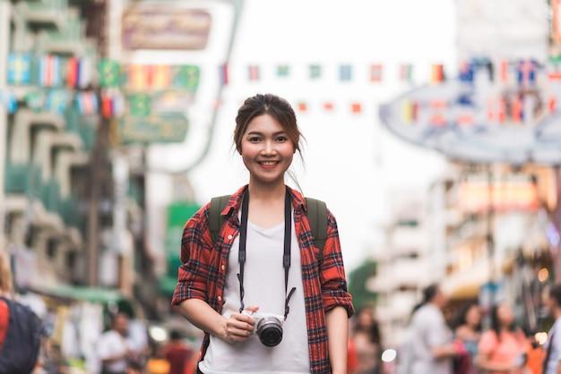 タイ、バンコクのカオサン通りで旅行者のバックパッカーのアジア人旅行 無料写真