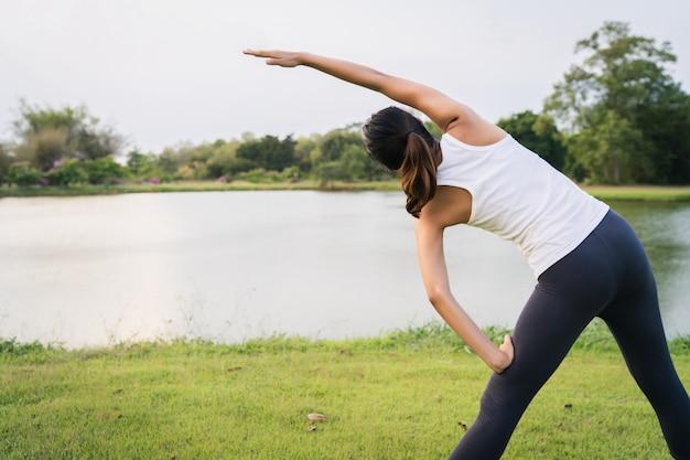 健康的な若いアジアランナーの女性運動やヨガの前に体をストレッチウォームアップ 無料写真