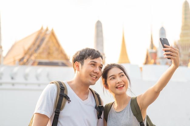 Азиатская пара блоггеров путешествует в бангкоке, таиланд Бесплатные Фотографии
