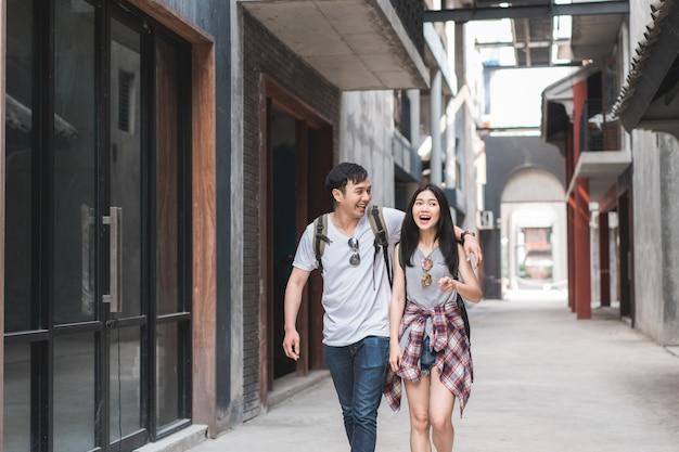 旅行者のアジアバックパッカーカップル、北京、中国で幸せな旅を感じて 無料写真