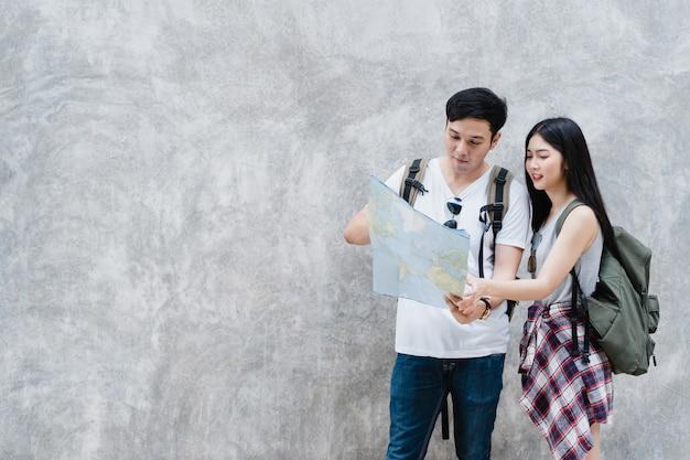 Направление азиатской пары путешественника на карте местоположения в пекине, китай Бесплатные Фотографии