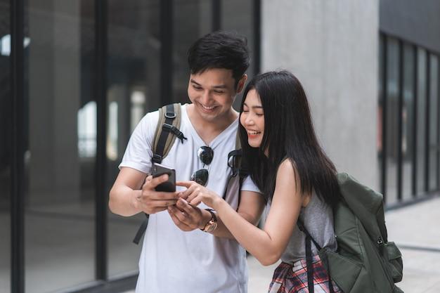 中国、北京のロケーションマップ上の旅行者アジアカップル方向 無料写真