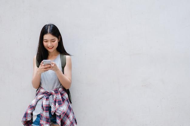 中国、北京のロケーションマップ上の旅行者アジアの女性の方向 無料写真