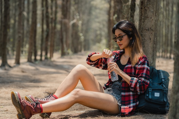 アジアのハイカーの女性が森でのトレッキング。 無料写真