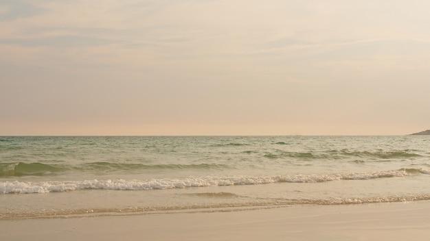 日没時に熱帯のビーチで海のビーチの波 無料写真