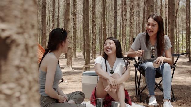 Группа молодых азиатских друзей, кемпинг или пикник вместе в лесу Бесплатные Фотографии