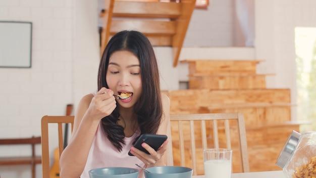 アジアの日本人女性が自宅で朝食をとる 無料写真