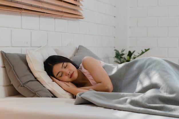アジアの日本人女性は家で寝ます。 無料写真