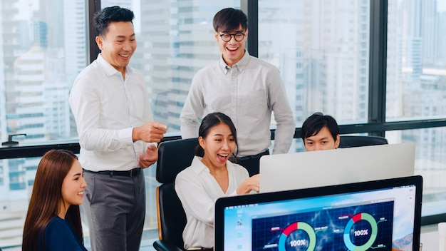 Тысячелетняя группа молодых бизнесменов бизнесмен и бизнесмен азии празднуют давать пять после общаться чувствовать счастливым и подписывать контракт или соглашение в конференц-зале в небольшом современном офисе. Бесплатные Фотографии