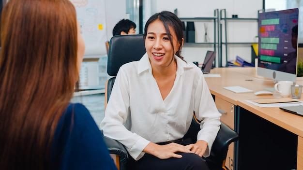 Деловые люди из азии беседуют со стажером, обсуждая собеседования с коллегами, проводящими беседу и общение, обсуждая идеи о стратегии успеха рабочего плана проекта в офисе. Бесплатные Фотографии