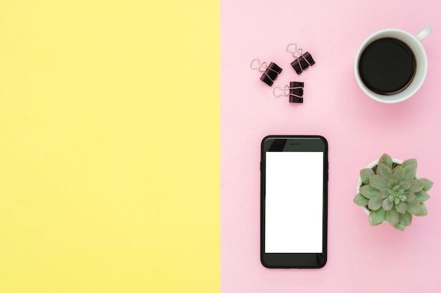オフィスデスクの作業スペース - コーヒーカップ、サボテンの木と作業スペースのフラットレイのトップビュー Premium写真