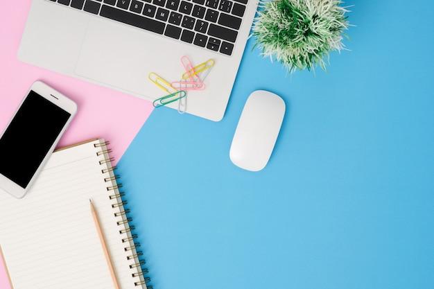 オフィスデスクの作業スペース - ラップトップと作業スペースのフラットレイのトップビューモックアップ写真 無料写真