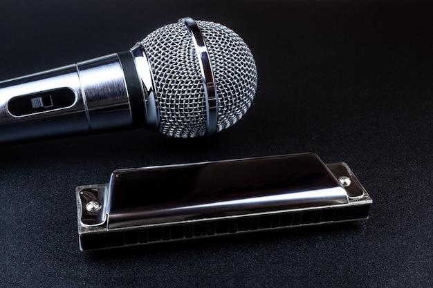 Микрофон и губная гармошка Premium Фотографии