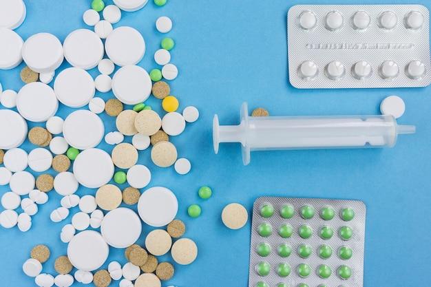 青色の背景にある丸薬 Premium写真