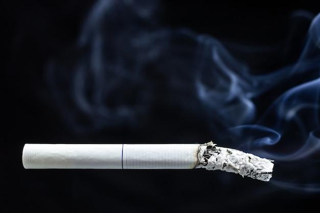 たばこの煙たばこの吸い殻 Premium写真
