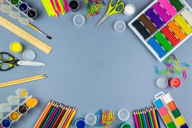 学用品、灰色の背景 Premium写真