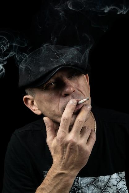 タバコを持つ男 Premium写真