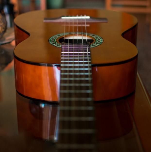 クラシックな木製ギター弦をクローズアップ Premium写真