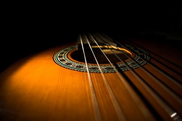 黒の背景を持つ古典的なギター Premium写真