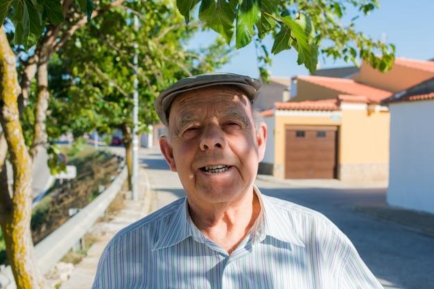 町の通りの老人の肖像画 Premium写真