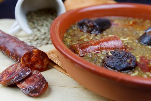 スペインのレンズ豆とチョリソとブラッドソーセージ Premium写真