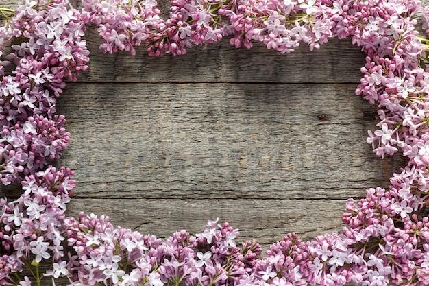 木製の背景にライラック色の花の花束。スペースをコピーします。 Premium写真