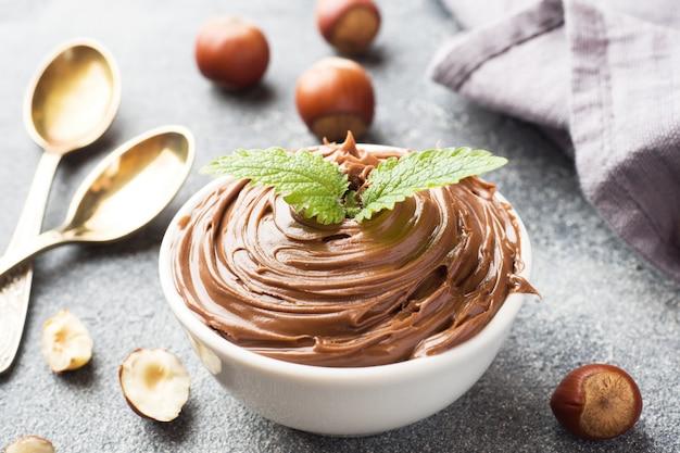 ヌガーナットチョコレートのプレート Premium写真
