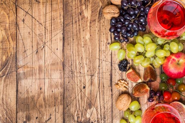 素朴な木製のテーブルトップには、チーズ、ワイン、バゲットグレープ、ハチミツと軽食のコピースペースがあります。 Premium写真