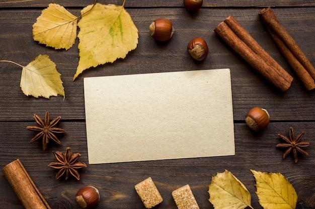 木製のテーブル上のテキストの秋の概念フォーム Premium写真