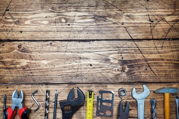 コピースペースを持つ木製の背景にさまざまな修復ツールのセットです。 Premium写真