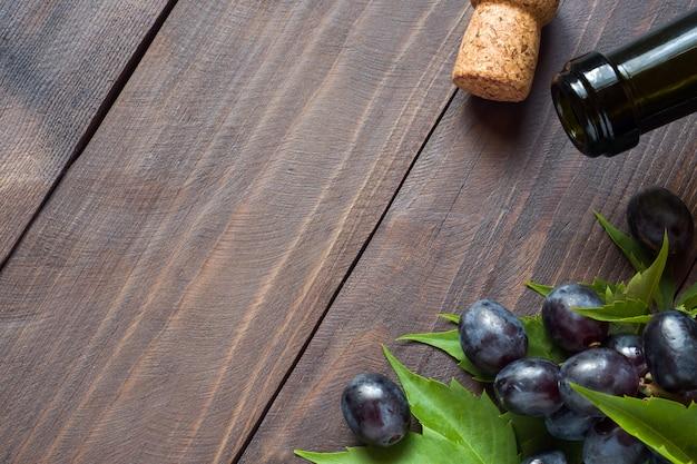 赤と白のブドウの房、ワインとコルクの木 Premium写真
