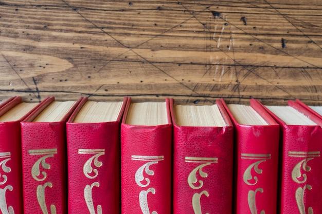木製のテーブルの上のハードカバーの本のスタック。テキストのコピースペース Premium写真