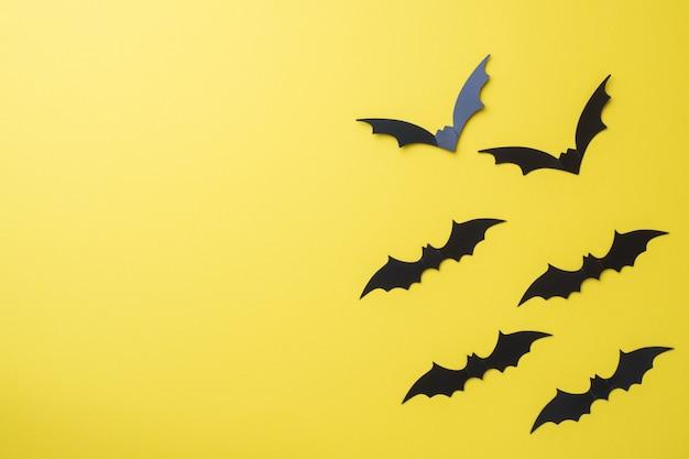 Декорации летучих мышей на желтом фоне Premium Фотографии