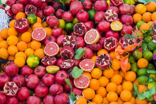 ストリートマーケットでオレンジザクログレープフルーツライム。 Premium写真