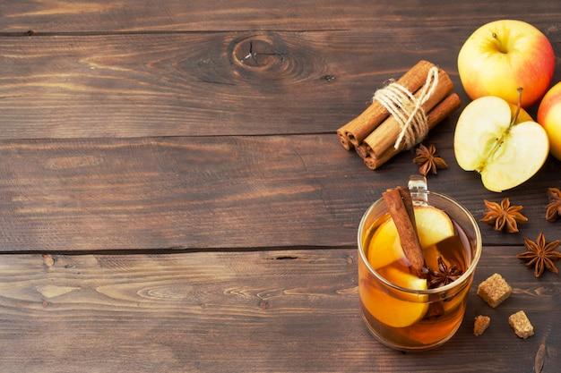 シナモン、アニス、リンゴとガラスのマグカップでグリューワインサイダー。 Premium写真