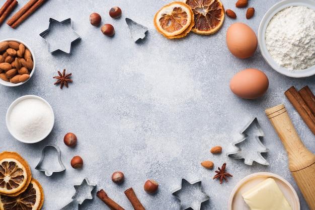 めん棒クッキーカッターコンクリートにシナモン小麦粉卵バター Premium写真