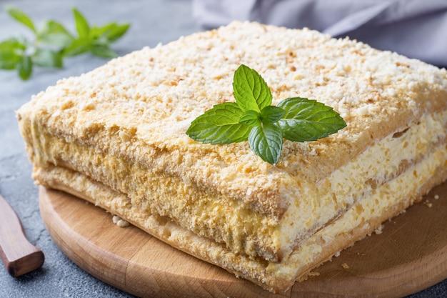 ミントとクリームナポレオンミルフィーユバニラスライスの層状ケーキ Premium写真