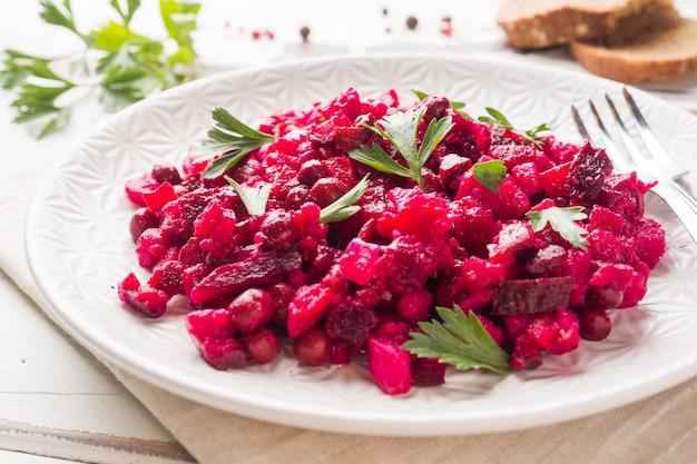 Свежий домашний салат из свеклы винегрет в белый шар. традиционная русская кухня. копировать пространство Premium Фотографии