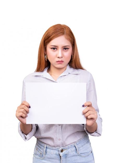 顔をしかめ面で抗議のための空白のホワイトペーパーバナーを保持している不満のアジア女性。 Premium写真