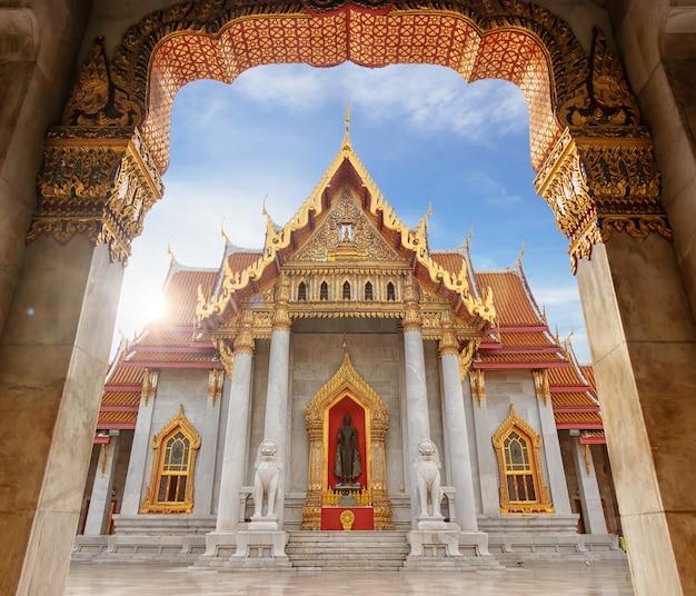 大理石寺院、タイのバンコクの観光客のための有名なランドマークの場所 Premium写真
